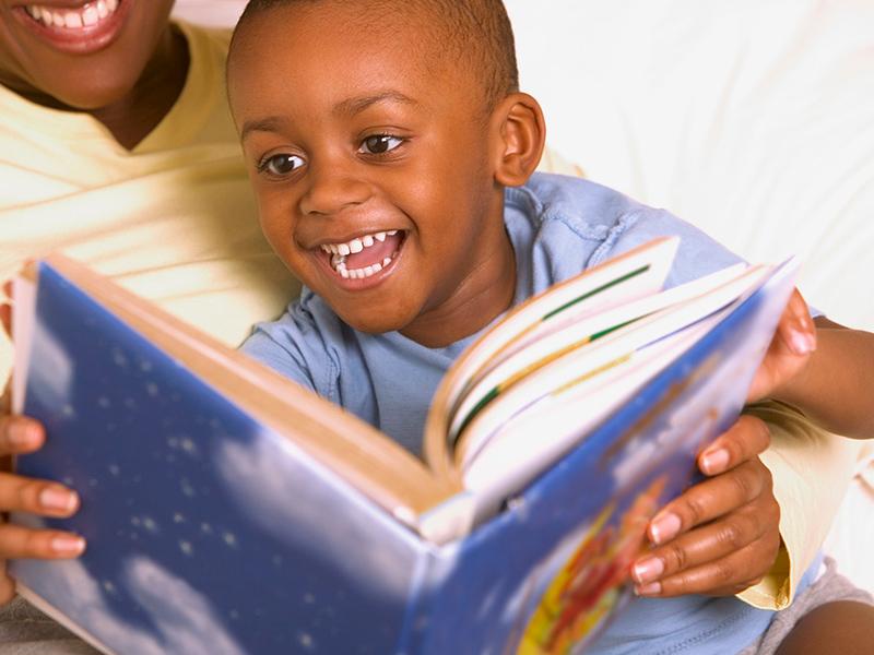 Saiba a importância de contar histórias para o seu filho